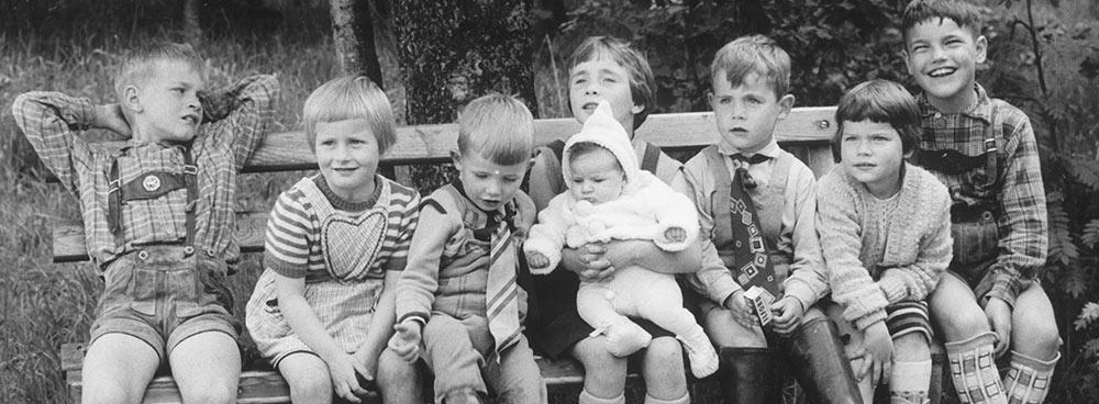 Kinder auf Bank - Kinderdorf Waldenburg