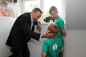 Roland Kaiser besichtigt ein Kinderzimmer